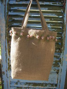 burlap tote with felt roses                                                                                                                                                      Más