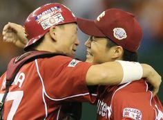 巨人に勝利し、抱き合う楽天の則本昂大(右)と嶋基宏=31日、東京ドーム