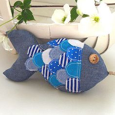 Fabric fish would make a lovely gift for my Pisces Friends xx Sewing Toys, Sewing Crafts, Sewing Projects, Fabric Toys, Fabric Crafts, Sewing For Kids, Diy For Kids, Fabric Fish, Fish Pillow