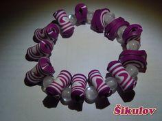 Fialovo-bílý náramek na gumičce.