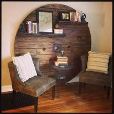 Wooden cable spool turned into wall art/bookshelf … Más Wooden Spool Projects, Wooden Spool Tables, Cable Spool Tables, Wooden Cable Spools, Cable Spool Ideas, Cable Reel Table, Wooden Cable Reel, Pallet Furniture, Furniture Projects