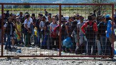 Flüchtlinge warten vor einem Registrierungszentrum in Gevgelija an der...