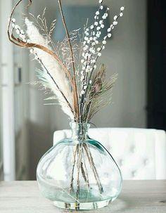 Des fleurs séchées mêlées à des fleurs fraîches dans une dame-jeanne