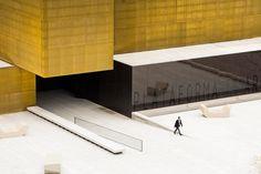 Piattaforma di arte e creatività a Guimaraes, Portogallo, avvolto da un rivestimento opaco in ottone e vetro cromato. Studio Pitágoras.