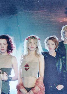 Hole, Me gusta mucho como grita en sus canciones Courtney love, una gran diferencia con otras bandas con vocalistas mujeres..la raja
