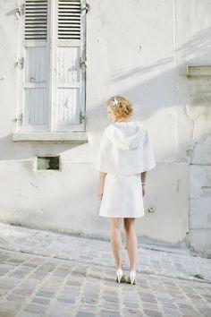 noni 2014 insa, braut im 60s mini brautkleid mit bubikragen und cape fuer die braut mit großer kapuze (Foto: Le Hai Linh) (http://www.noni-mode.de)