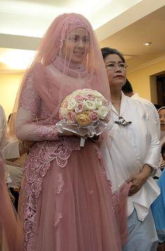Gaun pernikahan klasik dengan hijab Risty Tagor, cantik banget! / KapanLagi.com/AgusApriyanto