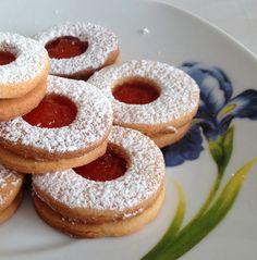 I miei primi dolci...i biscotti. Ricordo con malinconia quando da bambina di pomeriggio facevo i miei primi pasticci-ni approfittando che...