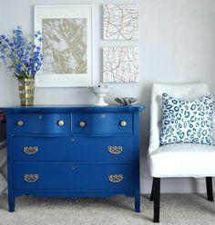 Cômodas podem parecer móveis do tempo da vovó mas são super úteis e sempre dá pra modernizar. Que tal pintá-la com uma cor bem alegre como o azul royal? Garantimos que vai fazer toda a diferença na #decor da sua casa.