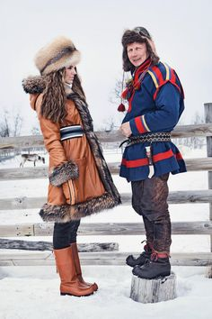 Duohtavuohta: Look 3  Jacket: Aksovaara, Reindeer Nappa, cognac  Pants: Unna Allagas, Reindeer Suede, cafe  Mittens: Vassijaure, Reindeer Nappa, cognac