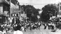 Crowds riot July on and Clairmount Streets in Detroit. (The Detroit News) Detroit Riots, Detroit News, Detroit Michigan, Detroit Police Department, Dad Pictures, Detroit History, Outdoor Pictures, Mix Use Building, Rosa Parks