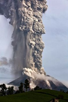 Indonesia's Mount Sinabung volcano erupts with giant ash cloud. The volcano has been spewing ash and lava miles into the sky. Natural Phenomena, Natural Disasters, Volcan Eruption, Beautiful World, Beautiful Places, Fuerza Natural, Cool Pictures, Beautiful Pictures, Nature Pictures