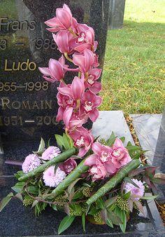 Bloemschikken voor Grafstuk met orchidee en chrysant. Meer originele bloemschikken en methodiek voor grafstukken vind je op gette.org.