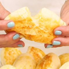 Pão de Tapioca sem glúten, super fácil de fazer. Lembra bastante o pão de queijo. Eu amei! I Love Food, Good Food, Yummy Food, Tasty Videos, Food Videos, Vegetarian Recipes, Cooking Recipes, Healthy Recipes, Diy Food