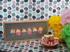 DIY- Kyltti muffinssibuffettiin - Pompom.fi • Juhlat on katettu Table Lamp, Lighting, Diy, Home Decor, Table Lamps, Decoration Home, Bricolage, Room Decor, Lights