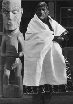 Poutauma modeling a fine flax cloak decorated with taniko borders (kaitaka) outside the meeting house at Koroniti. Photograph taken by James Ingram. James Ingram, Polynesian People, Flax Weaving, Maori People, West Papua, Maori Designs, Maori Art, New Zealand, Culture