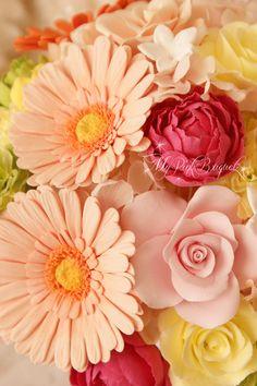 044//カラフルなお花たちの中に、花嫁さまがお好きなお花だというジャスミンも、お入れしました^^