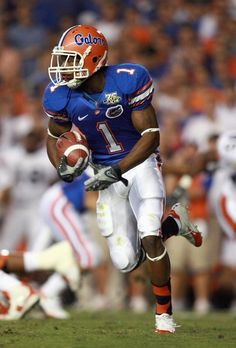 Percy Harvin Photos - Percy Harvin of the Florida Gators carries the ball against the Auburn Tigers at Ben Hill Griffin Stadium September 2007 in Gainesville, Florida. Auburn defeated Florida - Auburn v Florida Gator Football, College Football Players, Florida Gators Football, Football Helmets, Florida Gators Wallpaper, Percy Harvin, Sports Logos, Auburn Tigers, College Fun