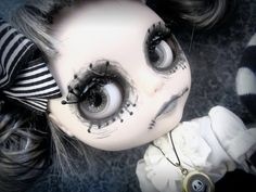 Blythe personalizadas como personajes de película. Tim Burton Personajes, Zombie Dolls, Aesthetic Makeup, Blythe Dolls, Halloween Face Makeup, Dark, Movie Characters, Cute Dolls, Trapper Keeper