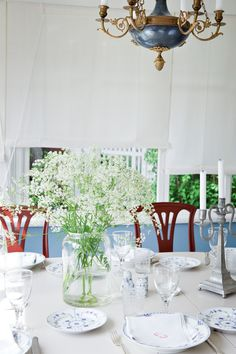 White and Blue ♥ Royal Copenhagen. I'm in love again. Royal Copenhagen, Swedish Cottage, Swedish House, Shabby Chic, Girl House, Scandinavian Style, Country Style, Home Accessories, Table Settings