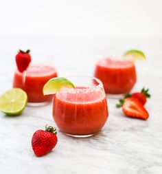 Easy Skinny Strawberry Margarita We love our super easy Skinny Strawberry Margaritas! It's got all the good stuff (naturally sweet California strawberries, tequila) and no added sugar! Just blend frozen with and soda. Frozen Margaritas, Frozen Strawberry Margarita, Strawberry Tequila, Strawberry Cocktails, Frozen Drinks, Frozen Fruit, Frozen Strawberries, Summer Cocktails, Blended Margarita Recipe
