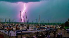 A BALATON mindig csodálatos, legyen bármilyen is az időjárás, ám a viharokban mégis van valami egészen misztikus. Minion, Retro, Concert, Photos, Pictures, Minions, Concerts, Retro Illustration