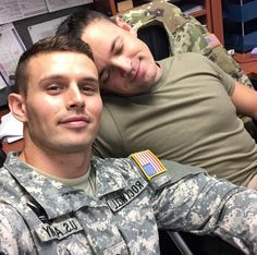 Uniform In Car : Photos Hot Army Men, Sexy Military Men, Army Guys, Cute Gay Couples, Couples In Love, Gay Mignon, Gay Lindo, Hot Cops, Men Kissing