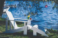 Denne amerikanske havestol er en drøm at sidde i. Outdoor Chairs, Outdoor Furniture, Outdoor Decor, Toilet Cleaning, Sun Lounger, Wood Crafts, Afternoon Tea, Globes, New York
