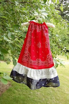 Cherry Blossoms Chickens Bandana Dress Tutorial Bonus Projectfor my friends with little girls Dress Tutorials, Sewing Tutorials, Sewing Crafts, Sewing Projects, Sewing For Kids, Baby Sewing, Sewing Clothes, Diy Clothes, Dress Sewing