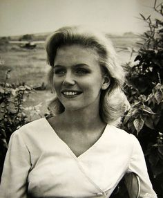 Lee Ann Remick (December 14, 1935 – July 2, 1991) was an American film and television actress. Among her best-known films are Anatomy of a Murder (1959), Days of Wine and Roses (1962), and The Omen (1976).    And I was nuts about her. What a beauty!