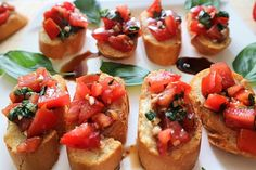 Bruschetta con pomodoro e basilico - from Kleinstadthppie veg . - Bruschetta, a delicious starter from Italy. How homemade bruschettes work perfectly. They taste best when there are ripe tomatoes to buy Yummy Appetizers, Appetizer Recipes, Catering Recipes, Shrimp Appetizers, Cheese Recipes, Shrimp Recipes, How To Make Bruschetta, Tomato Bruschetta, Homemade Bruschetta