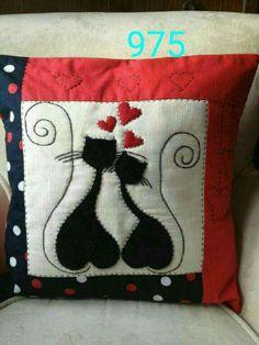 Con gatos aplicados Pillow Crafts, Diy Pillows, Fabric Crafts, Decorative Pillows, Sewing Crafts, Sewing Projects, Throw Pillows, Patchwork Pillow, Applique Quilts