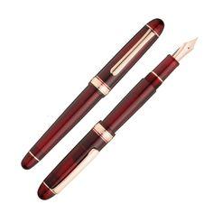 プラチナ万年筆と「趣味の文具箱」のコラボモデルが登場!  ベースは、プラチナ万年筆を代表する♯3776センチュリー。 軸色は印象的なワインレッドが特徴の「ブルゴーニュ」です。 人気の赤い軸と、ピンクゴールドフィニッシュをした金属パーツ(ペン先・キャップリング・クリップ)を組み合わせました。万年筆全体にエレガントで大人っぽい高級感が漂います。  ♯3776センチュリーは、画期的な「スリップシール機構」があります。キャップ内部の気密をしっかり保つ構造で、年に1~2回しか使用しないユーザーでもフレッシュなインクの状態でスムーズに筆記することができます。  <#3776シリーズとは> プラチナ万年筆の♯3776シリーズは、1978年に作家で万年筆コレクターの、故・梅田晴夫氏を中心とした研究グループとともに「理想の万年筆」を目指して開発されました。ペン先の構造、軸の重心などに徹底した研究を重ねることで誕生した逸品です。 日本最高峰の品質を目指し、富士山の標高(3776m)を表わす数字にちなんで名付けられました。ペン先には富士山のイメージがデザインされています。  □ペン先…