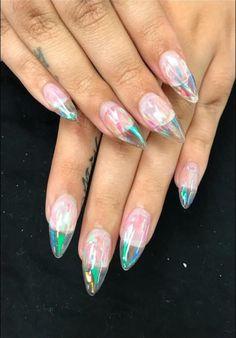 Diseños de uñas transparentes cristal picos tornasol