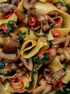 Rezept: Pappardelle mit Champignons, Spinat und Balsamico Zwiebeln - ABOUT FUEL - Pratik Hızlı ve Kolay Yemek Tarifleri Noodle Recipes, Pasta Recipes, Salad Recipes, Stuffed Hot Peppers, Stuffed Mushrooms, Balsamic Onions, Balsamic Mushrooms, Food F, Limoncello
