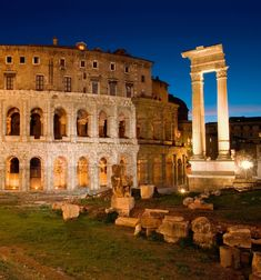 El teatro de Marcelo en Roma  Se cuenta que en 17 a.C., durante una representación en el aún inacabado teatro de Marcelo, el asiento oficial cedió y Augusto cayó de espaldas.