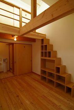2階寝室 ::正面の階段収納でロフトへ。上部踊り場は南向窓により、通風・採光の確保だけでなく洗濯物干場としても有効。左手奥サニタリーは、寝室と前室の2方向からアクセスでき利便性を高めた。