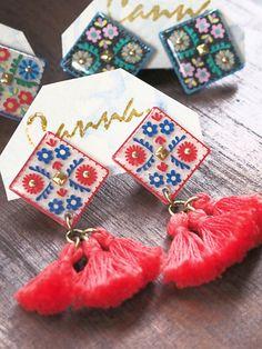 ハンドメイドマーケット+minne(ミンネ)|+チロリアンタッセルイヤリング Hairpin Lace Crochet, Crochet Motif, Crochet Edgings, Crochet Shawl, Resin Crafts, Resin Art, Lace Earrings, Fabric Necklace, Bead Loom Patterns