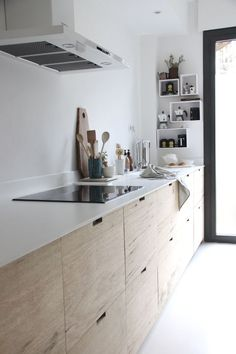 wood and white in a minimal kitchen ⎢@ilariafatone / unduetre-ilaria.com