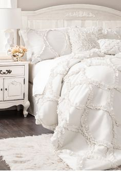 Light and comfortable, this white hot look is perfect to decorate any home with!