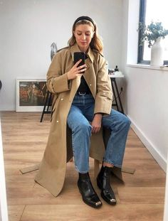 Capsule Wardrobe For Spring: Brittany Bathgate wears a trench coat Trench Coat Outfit, Trench Coats, Autumn Winter Fashion, Spring Fashion, Mode Dope, Estilo Dark, Sous Pull, Mode Inspiration, Minimal Fashion