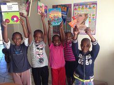 Bild des Monats 04/2017: Gemeinsam mit unseren Spendern engagieren wir uns für Aidswaisen in Südafrika und unterstützen darum seit 2007 die THOKOMALA ORPHAN CARE ORGANISATION. Unsere Partnerorganisation schenkt Aidswaisen ein neues Zuhause, indem sie Häuser kauft, renoviert und anschließend für jeweils sechs Kinder und eine ausgebildete Pflegemutter einrichtet. Auf dem Foto freuen sich die Kinder über Bücher, die sie geschenkt bekommen haben.