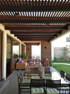 #techosdeterraza #terraza #constructora #diseño #diseñoterraza #diseñoquinchos #quinchosmodernos #techosdeterrazaideas #techosdeterrazamadera #techosdeterrazaexteriores #techosparaterraza Backyard Shade, Backyard Patio Designs, Pergola Designs, Backyard Landscaping, Gazebo Pergola, Rooftop Terrace Design, Design Exterior, Outdoor Living, Parking Space