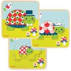 Puzzle de madera de Janod de 3 niveles de tortugas ¡3 puzzles en 1! Este original puzzle de madera tiene 3 niveles con una familia de tortugas como protagonista. En el nivel 1 esta el papá tortuga con 4 piezas. En el nivel 2 está la mamá tortuga con 3 piezas y en el nivel 3, está el hijo tortuga con 2 piezas. Edad: De 2 a 4 años.