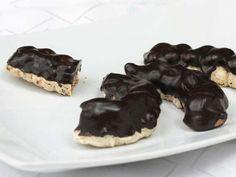 Finom diós sütemény, vajas krémmel töltve és csokoládé bevonattal. Butter, Cheesecake, Pudding, Food, Bohemian, Tags, Yummy Cakes, Bakken, Molten Chocolate