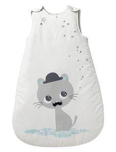 Un adorable petit chat à moustache et des étoiles qui brillent... On aime cette gigoteuse de belle qualité aux finitions soignées. Ouverture par zip s