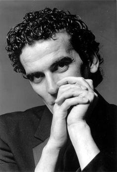 Massimo Troisi.   Da ragazzo i miei continui e disinteressati slanci di altruismo mi diedero la fama di buono. Da grande quella di fesso.