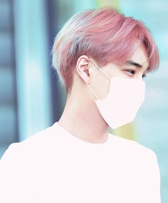 JongIn looks pretty cool with rosa hair as well XD