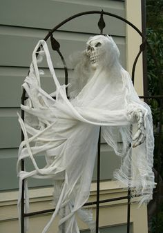 Frighteningly Fun Halloween Decorating Ideas For Your Yard