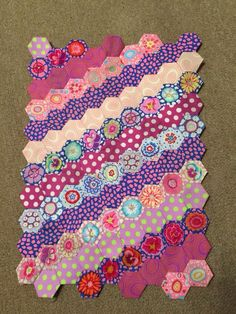 - layout for hexagon hexie quilt? Hexagon Patchwork, Hexagon Pattern, Hexagon Quilting, Crazy Quilting, Paper Piecing Patterns, Quilt Patterns, Embroidery Patterns, Sewing Projects, Quilting Projects